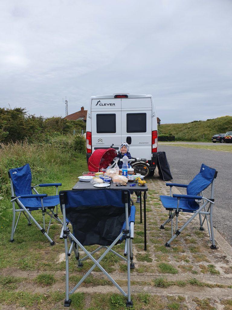 Frühstück neben dem Camper auf dem Parkplatz am Beachy Head