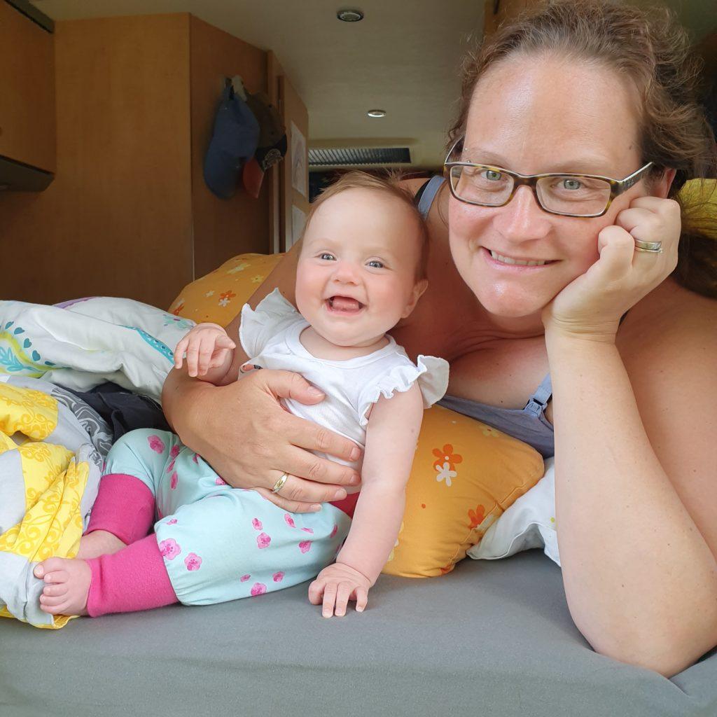 Weltreise mit Kindern - Charlotte freut sich mit einem Babylachen
