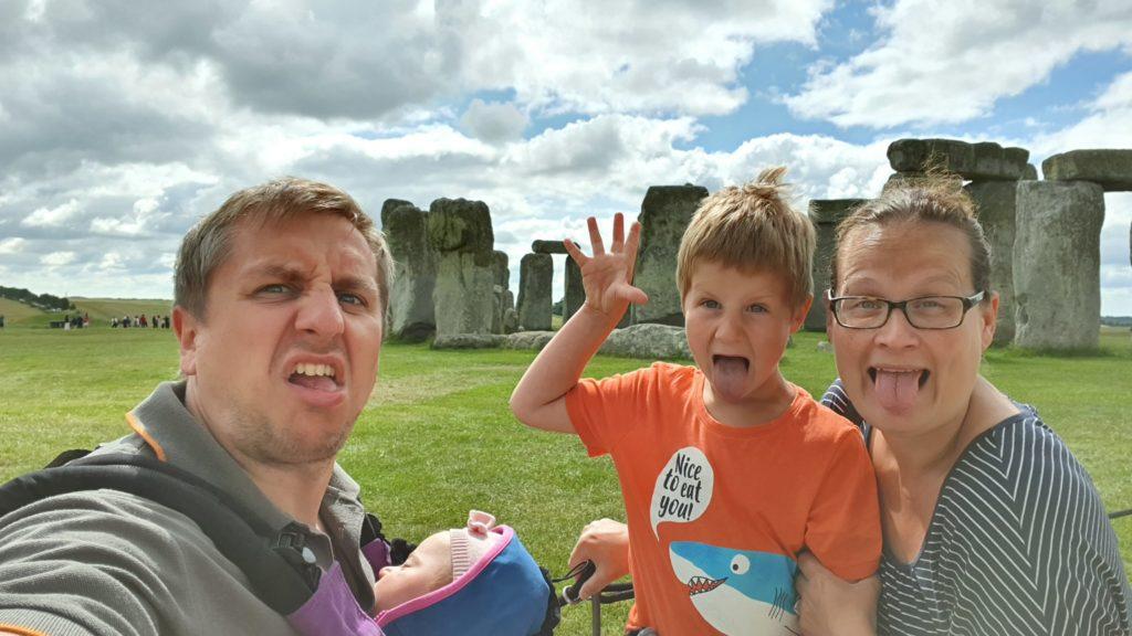 Weltreise mit Kindern - Grimassenschneiden vor Stonehenge