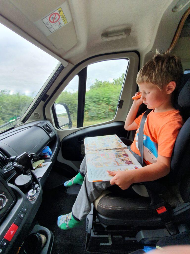 Weltreise mit Kindern - Quentin als Beifahrer mit Tiptoi-Buch