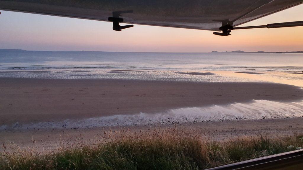 Blick aus dem Camper auf den Newgale Beach