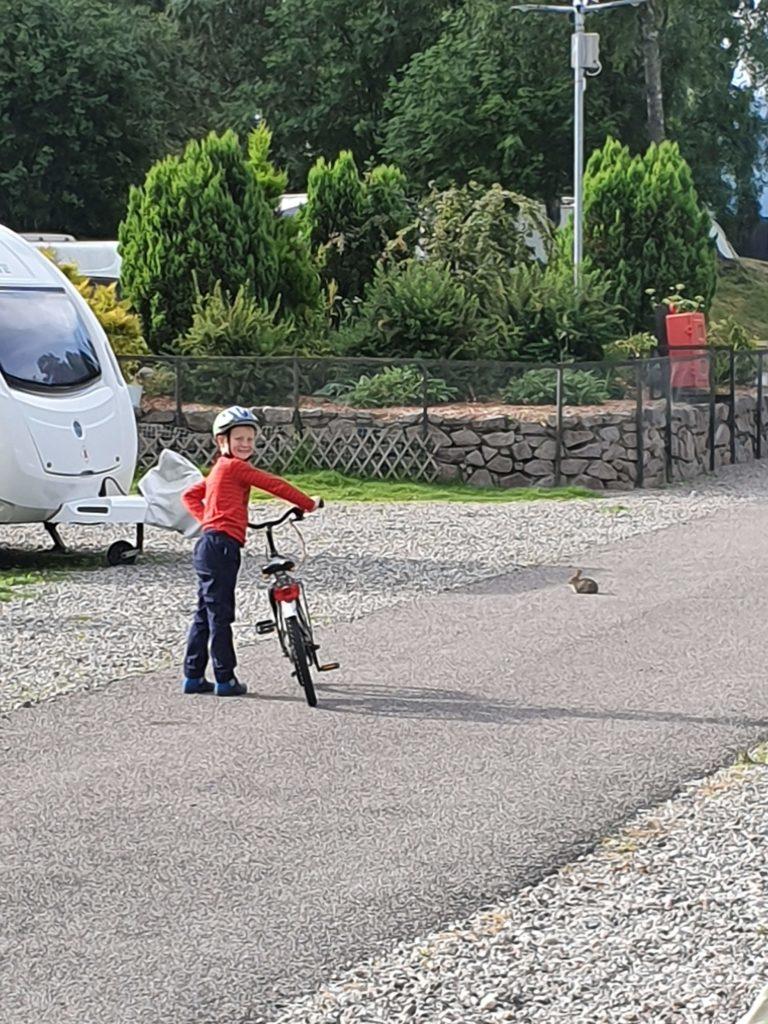 Quentin mit Fahrrad am Campingplatz