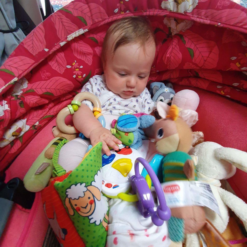Charlotte mit Spielsachen
