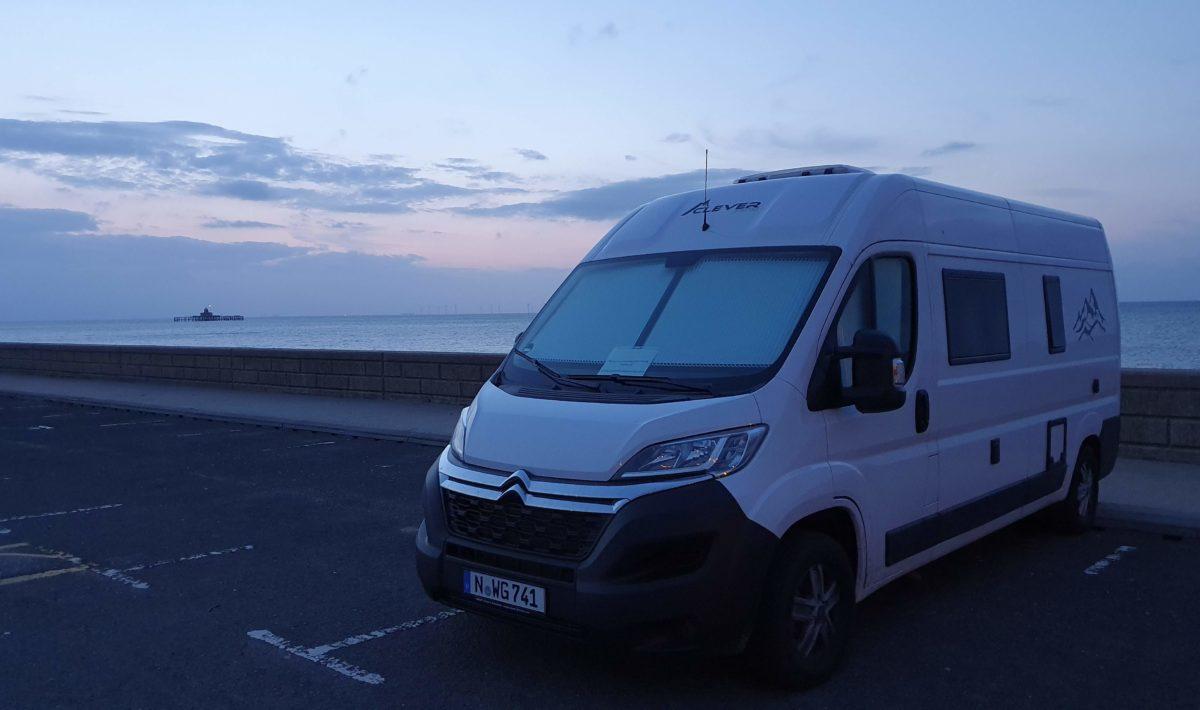 Mit Camper durch Großbritannien - Camper an Strandpromenande