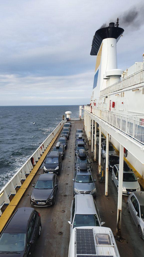 Schwiegermutter auf Weltreise in Schweden - Autos auf Deck der Fähre