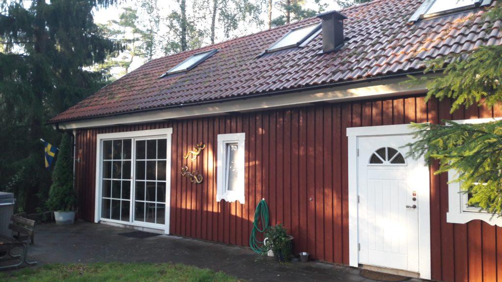 Schwiegermutter auf Weltreise in Schweden - rotes Häuschen mit Glastüren
