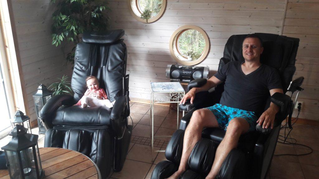 Schwiegermutter auf Weltreise in Schweden - Lotti und Jochen auf dem Massagestuhl