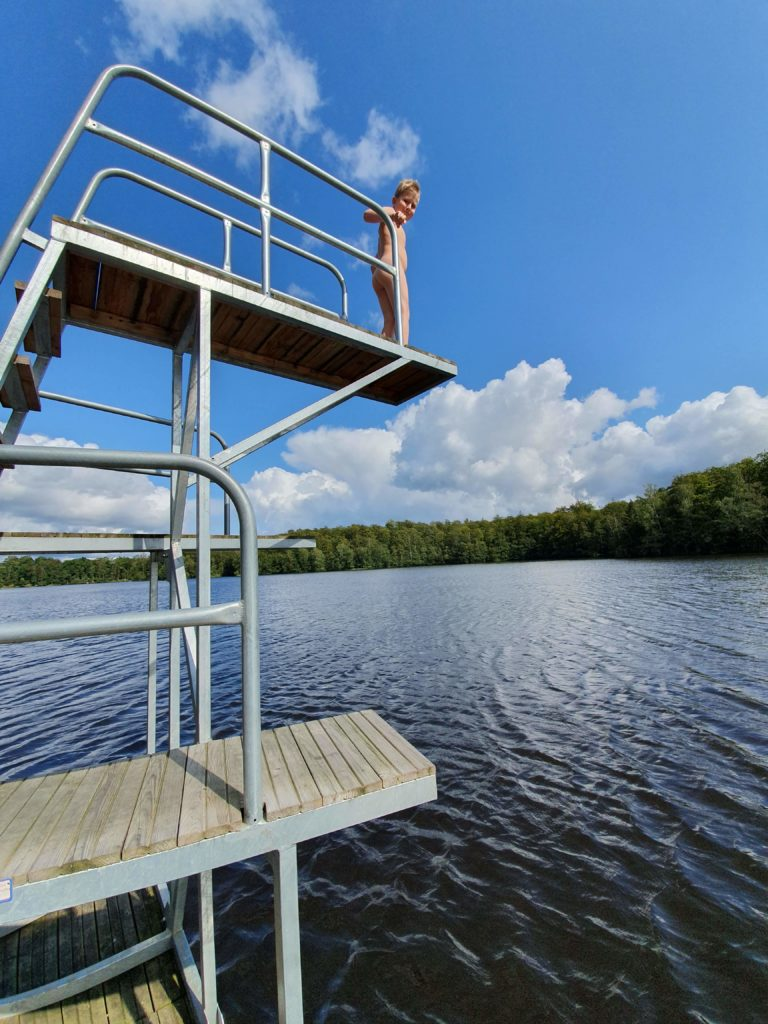 Schwiegermutter auf Weltreise in Schweden - Quentin auf Sprungturm am See