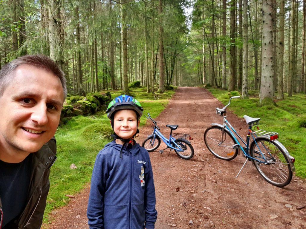 Schwiegermutter auf Weltreise in Schweden - Quentin und Jochen mit Fahrrädern im Wald