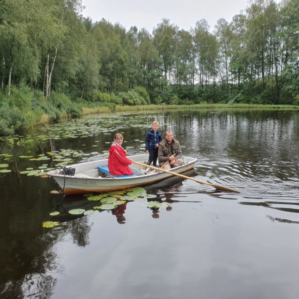 Schwiegermutter auf Weltreise in Schweden - die Schwiegermutter beim Angeln