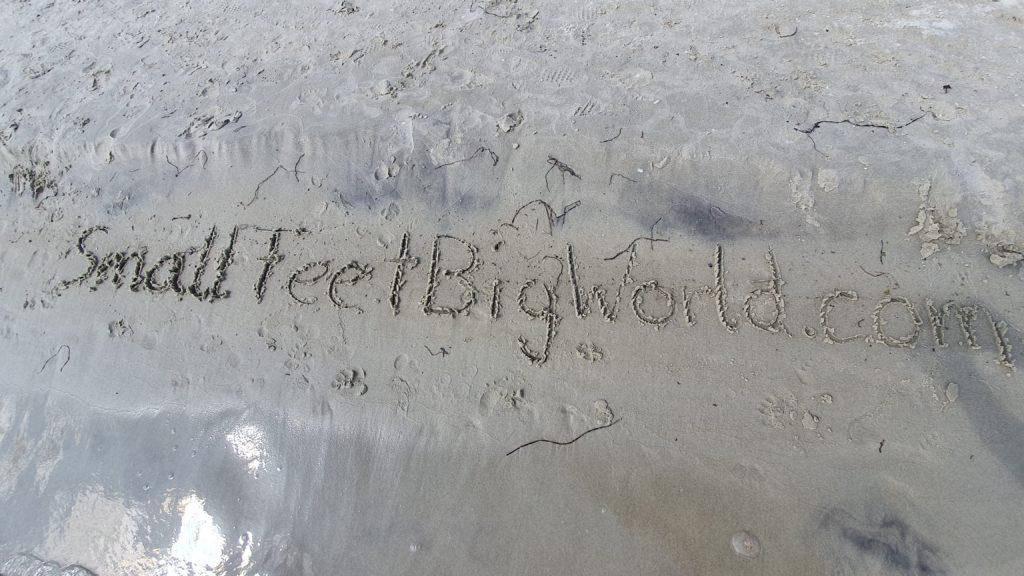 Schwiegermutter auf Weltreise in Schweden - Small Fett Big World in Sand geschrieben