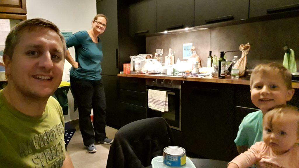 Balkan Roadtrip mit Baby - Wir in der Hostelküche