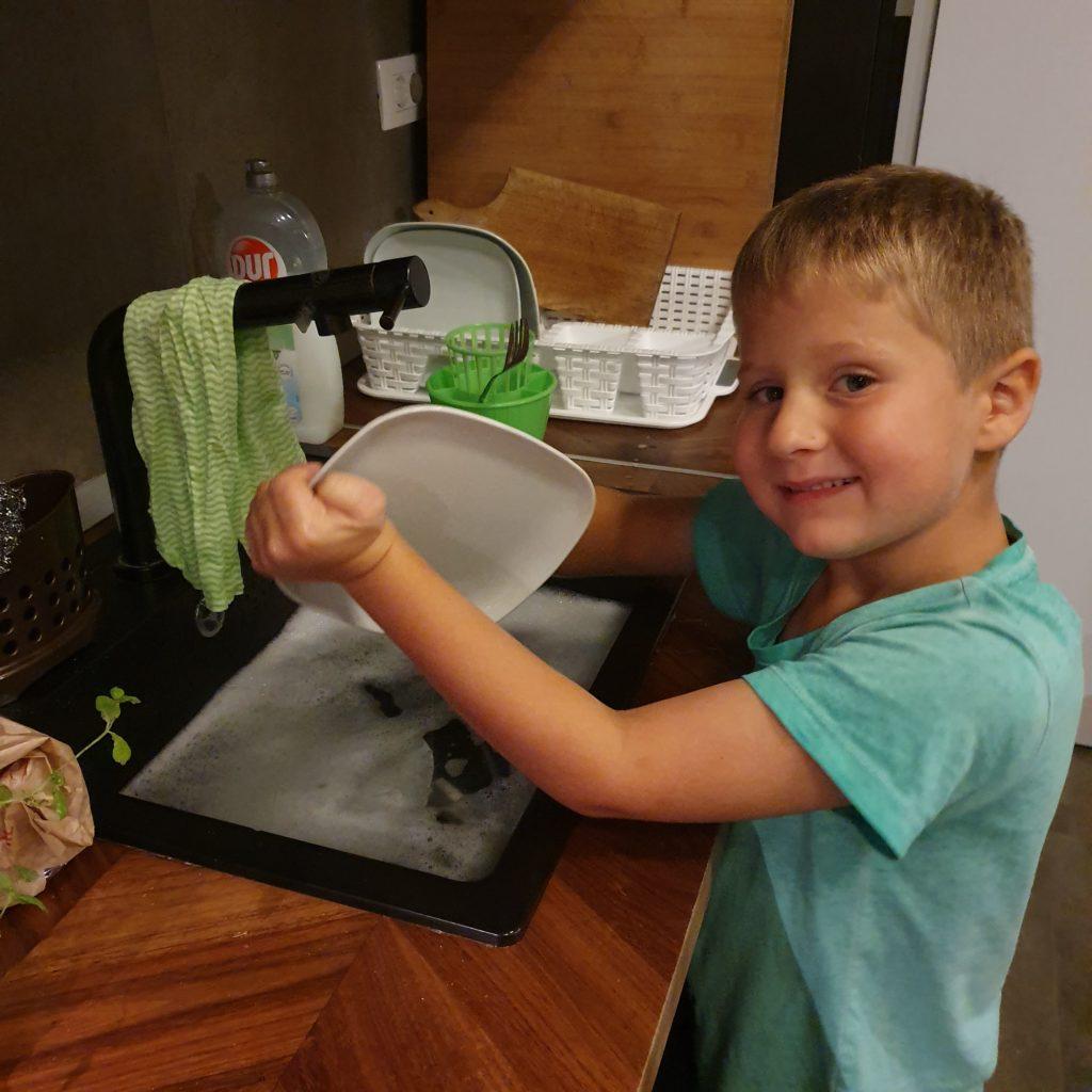 Balkan Roadtrip mit Baby - Quentin macht den Abwasch
