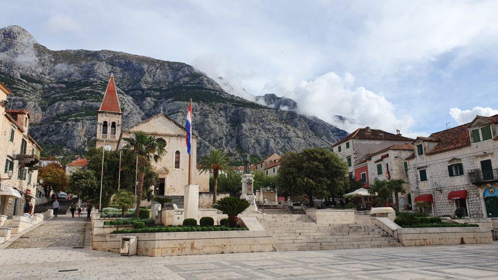 Balkan Roadtrip mit Baby - Zentraler Platz in Makarska mit den Bergen dahinter