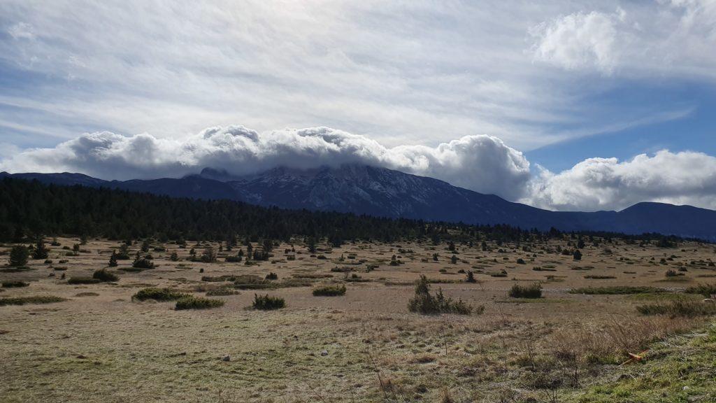 Balkan Roadtrip mit Baby - Wolken über den Bergen