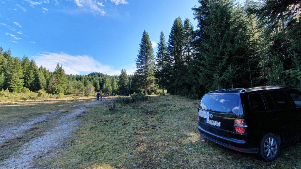 Balkan Roadtrip mit Baby - Auto parkt am Waldrand