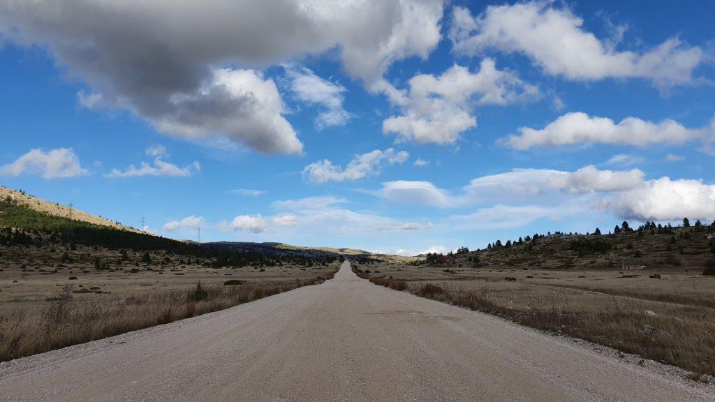 Balkan Roadtrip mit Baby - gerade Straße durch den Nationalpark