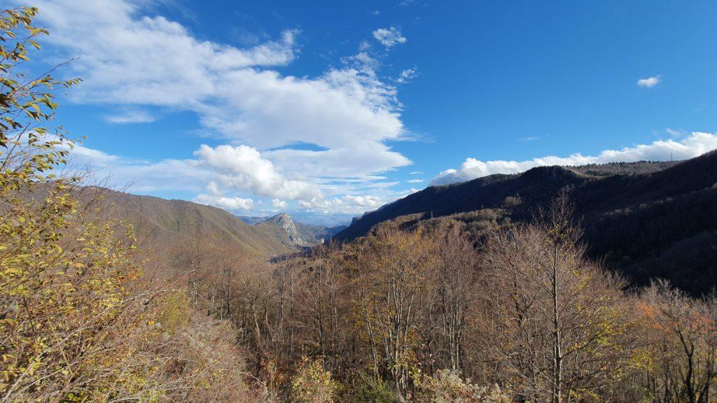 Balkan Roadtrip mit Baby - Bäume, Berge, Wolken