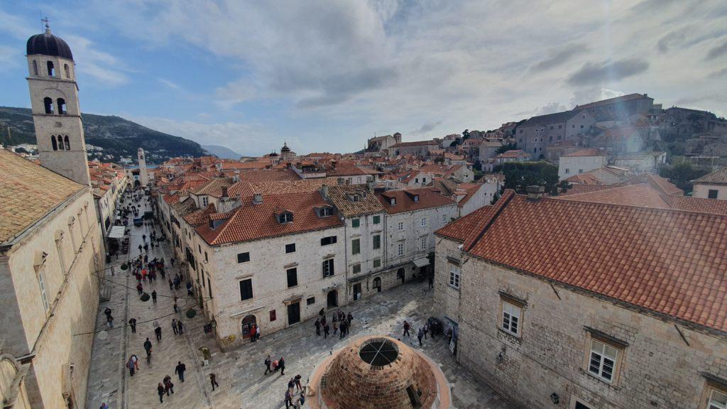 Balkan Roadtrip mit Baby - Blick von der Stadtmauer auf den zentralen Platz in Dubrovnik