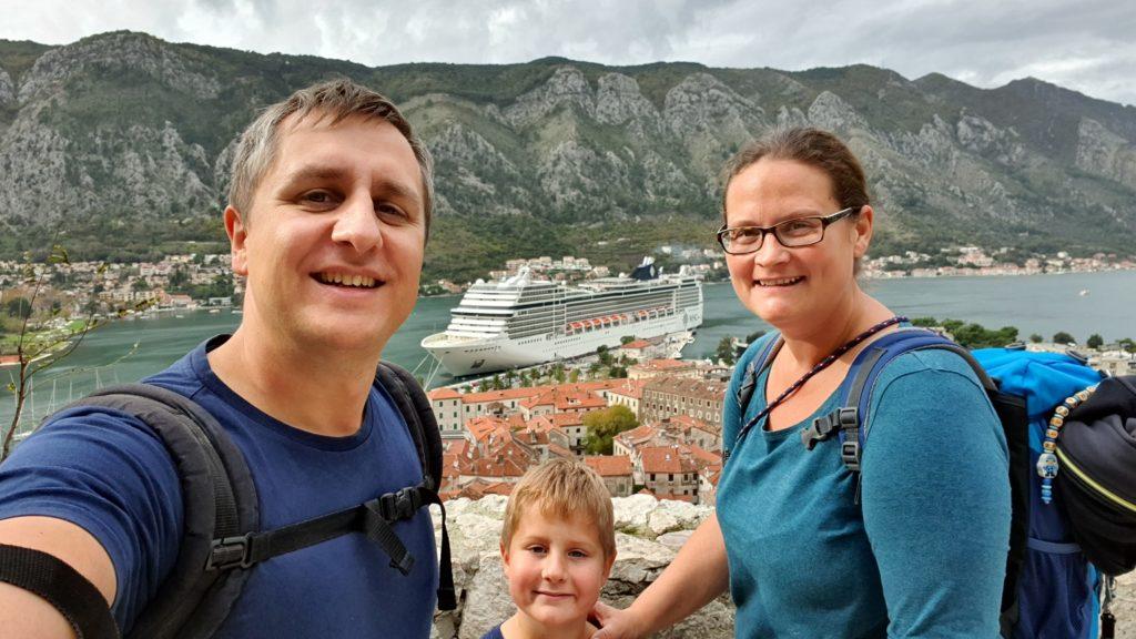 Balkan Roadtrip mit Baby - Familie vor Kreuzfahrtschiff