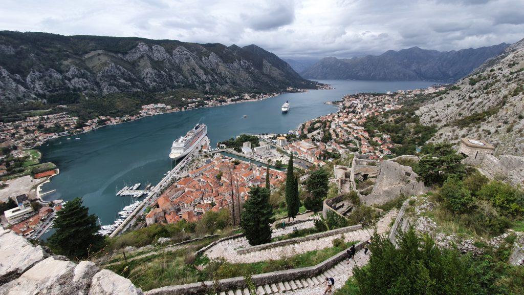 Balkan Roadtrip mit Baby - Kreuzfahrtschiff vor Anker