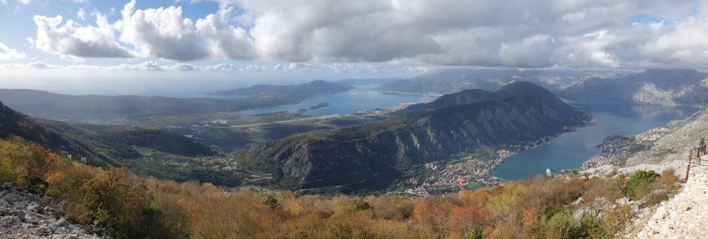 Balkan Roadtrip mit Baby - Blick über die montenegrinische Küste