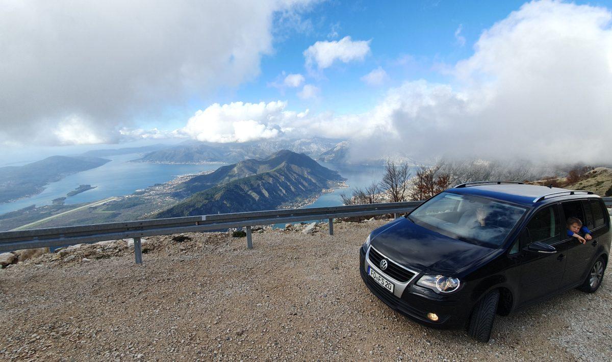 Balkan Roadtrip mit Baby - Auto auf Parkplatz in den Wolken