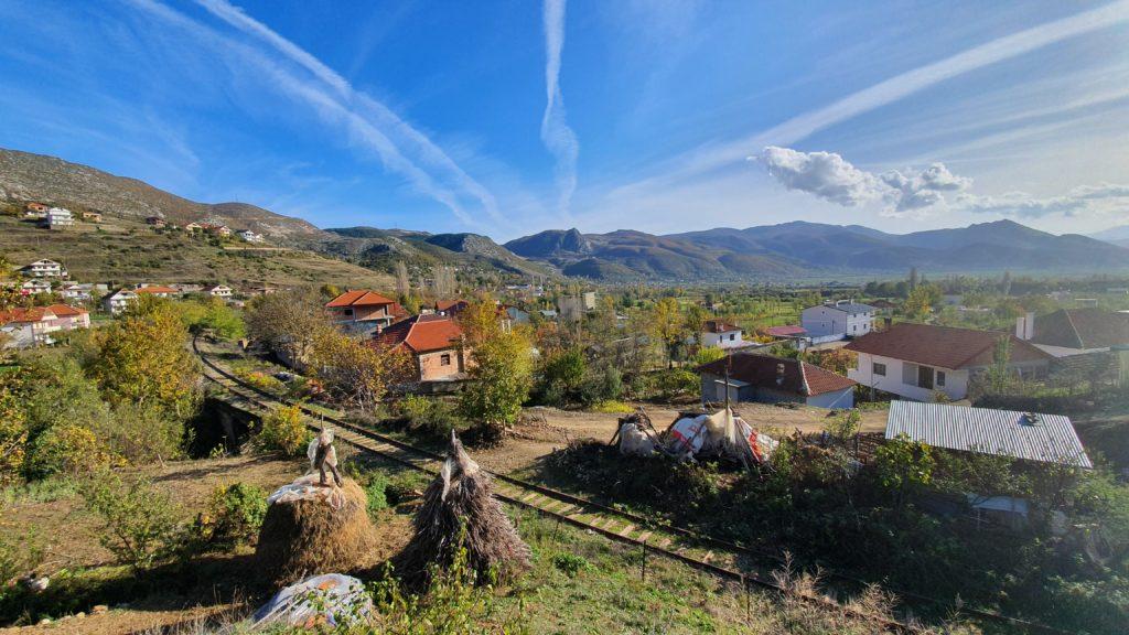 Balkan Roadtrip mit Baby - Dorf und Landschaft in Albanien