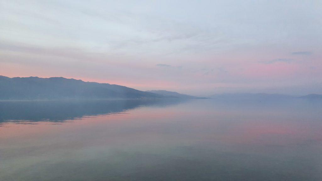 Balkan Roadtrip mit Baby - Nebel über dem See