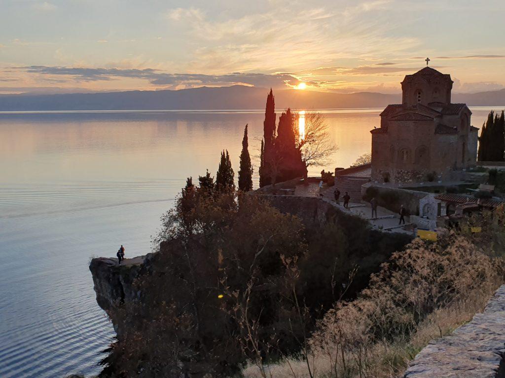 Balkan Roadtrip mit Baby - Kirche auf Klippen im Sonnenuntergang