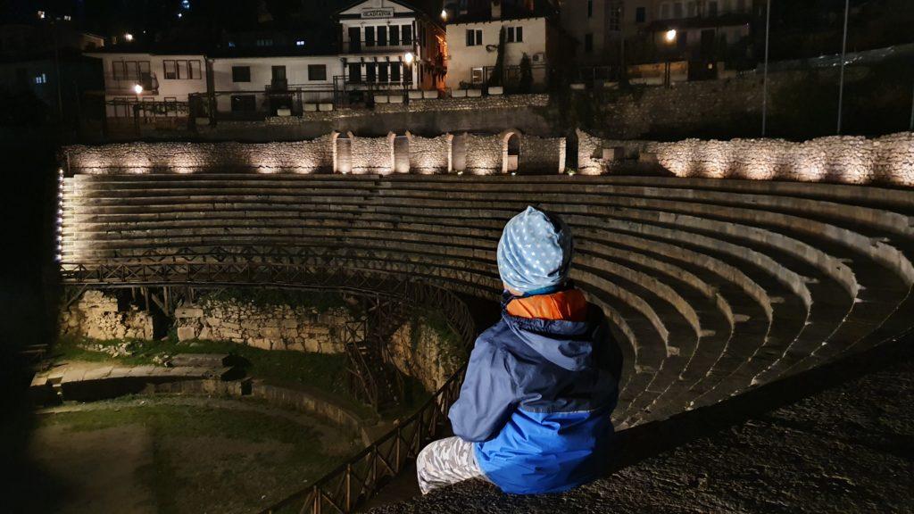 Balkan Roadtrip mit Baby - Quentin sitz im nächtlichen Amphitheater