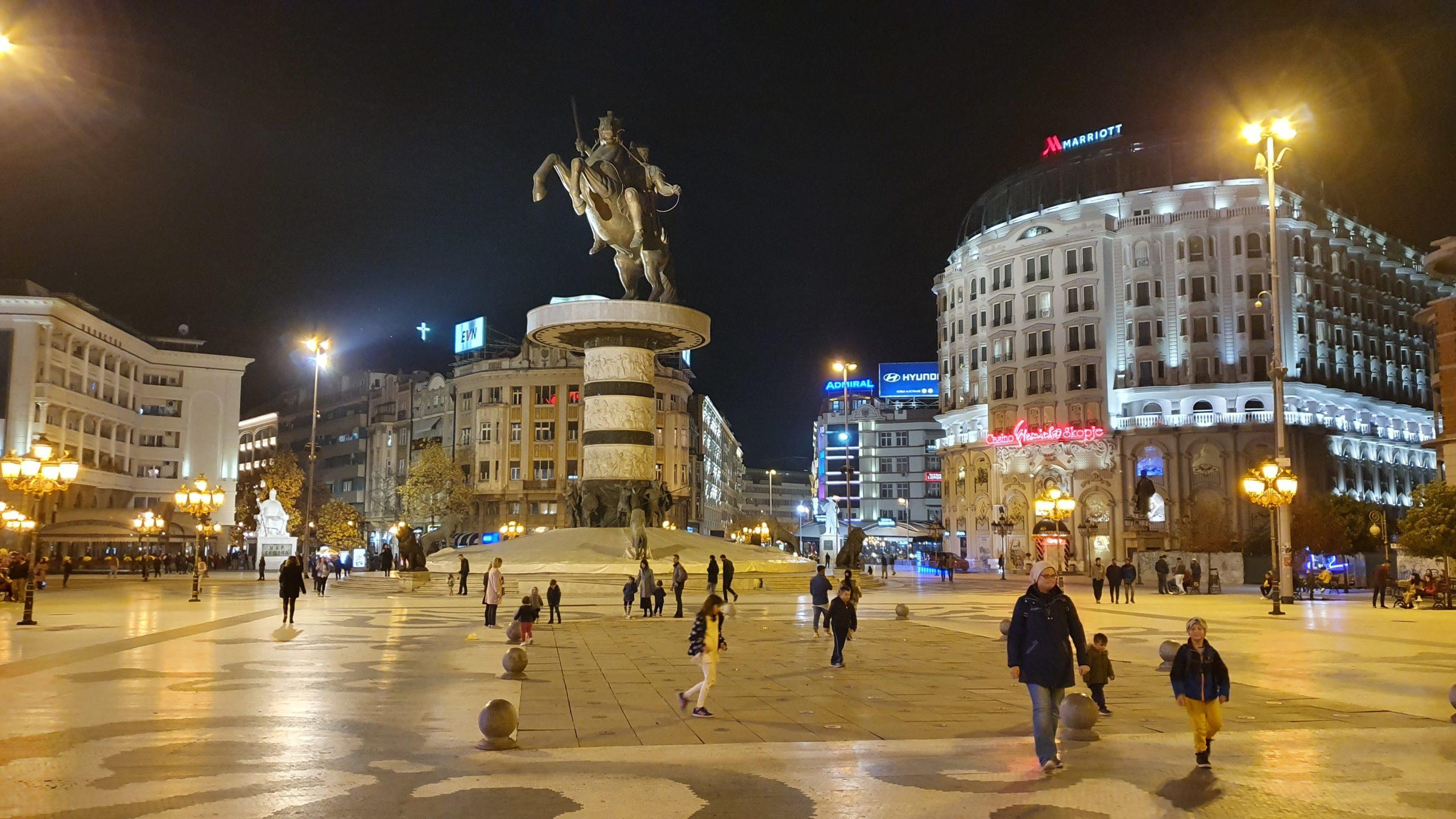 Balkan Roadtrip mit Baby - Statue auf nächtlichem Platz
