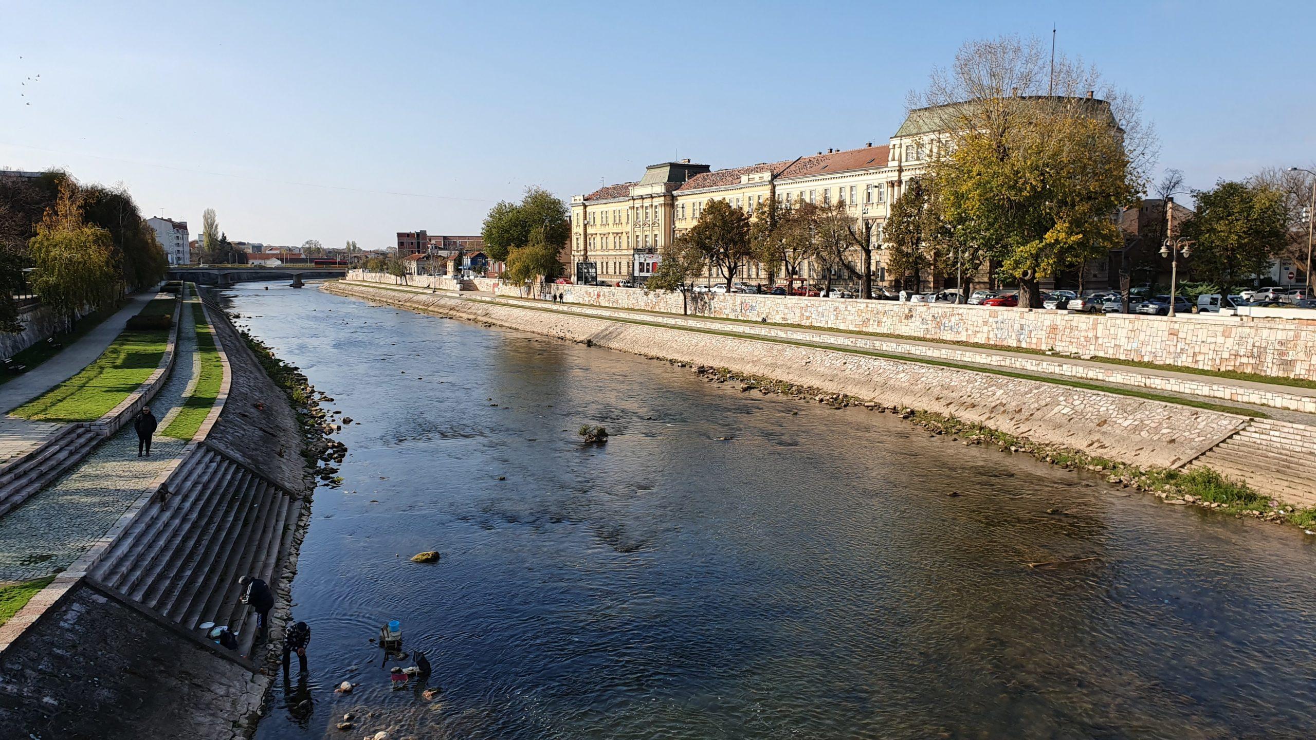Balkan Roadtrip mit Baby - Fluß durch die Stadt