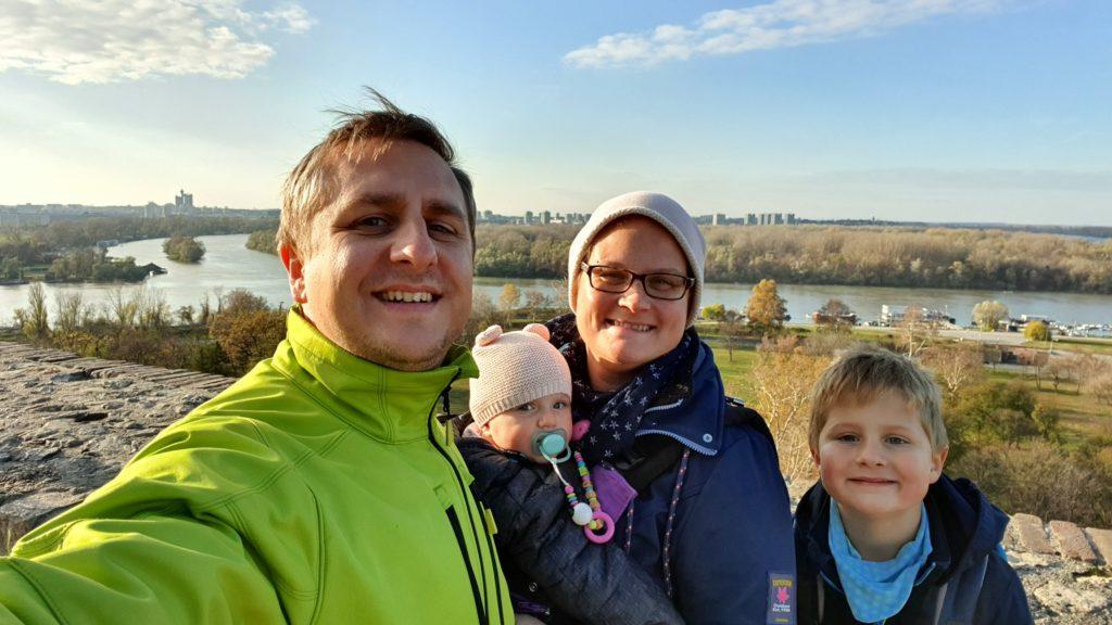 Balkan Roadtrip mit Baby - Familie vor Fluß