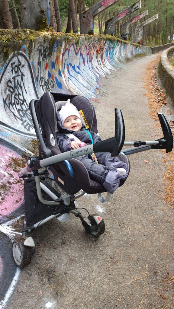 Balkan Roadtrip mit Baby - Kinderwagen in der Ruine einer Bobbahn